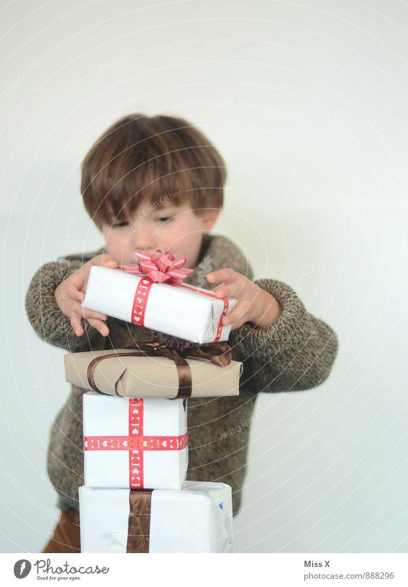Geburtstagskind Mensch Kind Weihnachten & Advent Freude Gefühle Junge Glück Feste & Feiern Geburtstag Kindheit Geschenk Überraschung Kleinkind Reichtum Vorfreude Verpackung