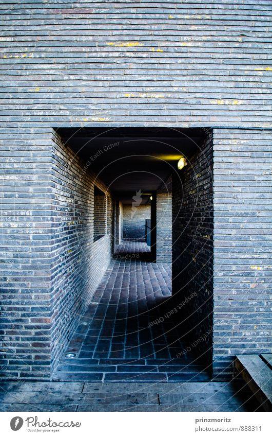 Licht am Ende des Tunnels Menschenleer Gebäude Architektur Mauer Wand ästhetisch dunkel eckig kalt maritim modern Stadt blau gelb gold grau schwarz weiß