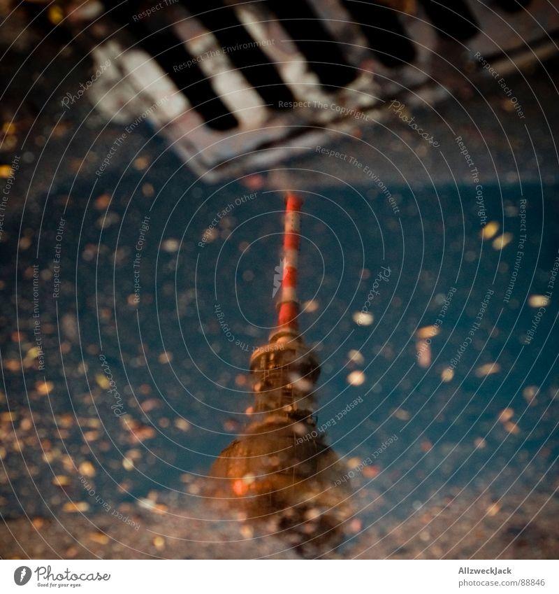 Metropolitan Pfütze Wasser Berlin nass Kommunizieren Kugel Denkmal Radio Wahrzeichen Antenne Berliner Fernsehturm Gully Hauptstadt Regenwasser Abwasserkanal