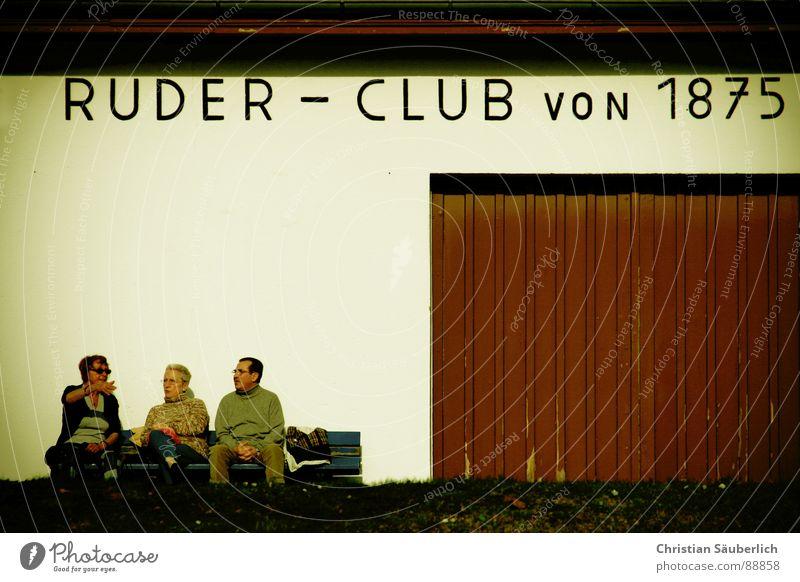 Ruder - Club Olympiade Senior Garage braun Garagentor Sommer Freizeit & Hobby Mann Frau Wand weiß Sonnenbrille Menschengruppe Bank Tor Sport sechs arme