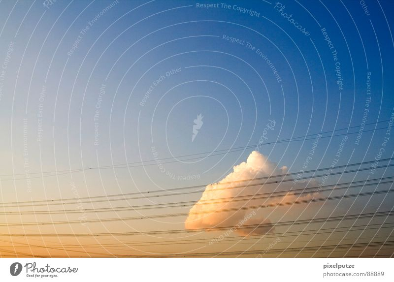 Elevon {n} (kombiniertes Quer- und Höhenruder) = elevon schön Himmel Sonne Wolken Linie geschlossen Energiewirtschaft Elektrizität Kabel Richtung Dynamik