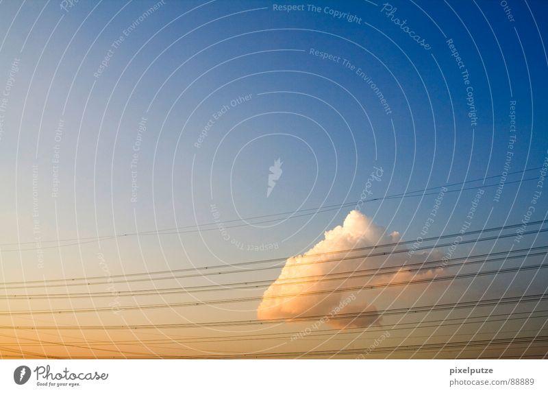 Elevon {n} (kombiniertes Quer- und Höhenruder) = elevon schön Himmel Sonne Wolken Linie geschlossen Energiewirtschaft Elektrizität Kabel Richtung Dynamik Symbole & Metaphern Schönes Wetter gefangen Barriere Leitung