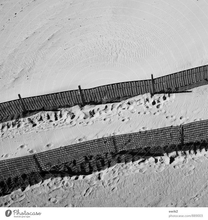 Schleuse Umwelt Natur Sonnenlicht Klima Wetter Schönes Wetter Küste Strand Sand Sandstrand Kunststoff stehen Schutz Grenze Barriere Spuren Fußspur Wellenlinie