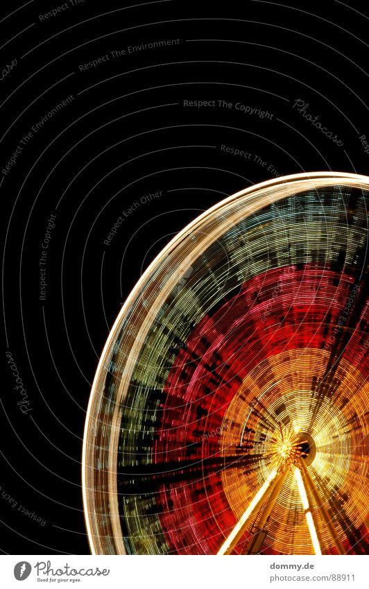 Colorwheel Riesenrad rund Streifen Nacht dunkel Würzburg mehrfarbig fahren Licht Glühbirne Regenbogen Jahrmarkt Ständer rot grün gelb schwarz kalt violett