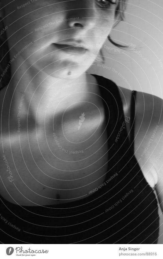 Portrait Innenaufnahme frontal Porträt Schwarzweißfoto Schatten Raum Gesicht Mensch Detailaufnahme