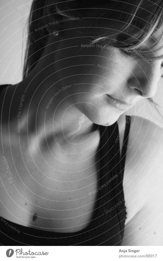 Portrait seitlich Porträt Seite Innenaufnahme Hochformat feminin Schwarzweißfoto Gesicht Detailaufnahme Mensch