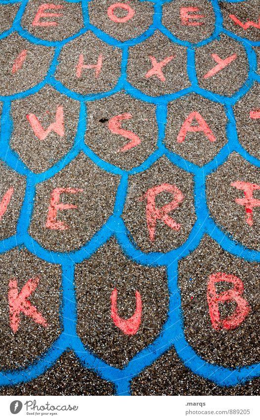 EOEIHXYWSAERFKUB Freude Spielen Zeichen Schriftzeichen Kommunizieren Farbe Kindheit chaotisch Rätsel Schulhof Farbfoto Außenaufnahme Muster Strukturen & Formen