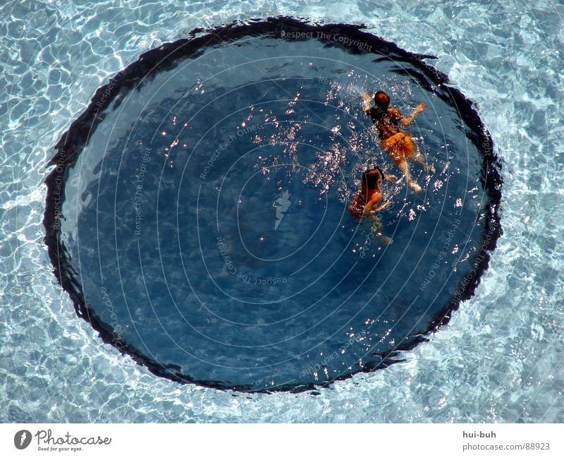 Im  Kreis des Swimming Pools Kind blau Wasser Sommer Mädchen Freude Farbe Sport Wärme Spielen Schwimmen & Baden Glas Freizeit & Hobby Schwimmbad Physik