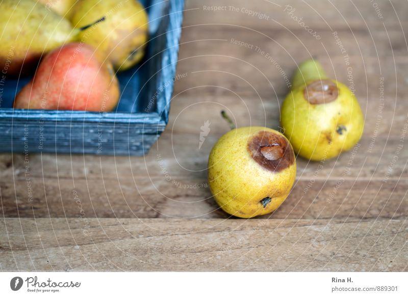 FallObst Frucht Bioprodukte Vegetarische Ernährung Lebensfreude Birnen verdorben Fallobst Holztisch Ernte Farbfoto Menschenleer Textfreiraum unten