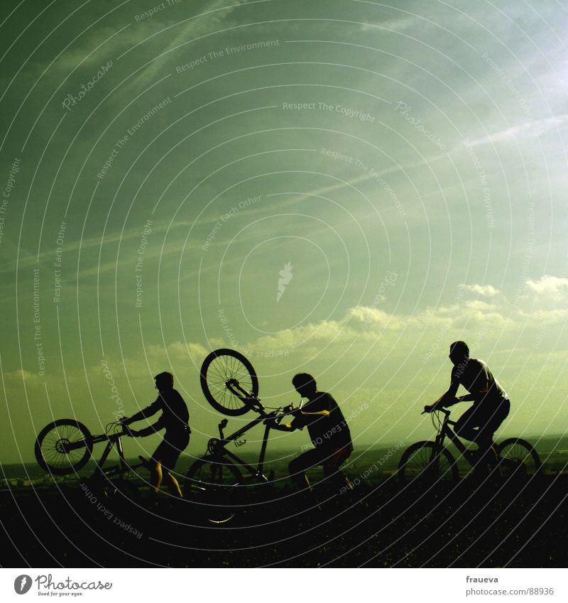 spielende jungs Fahrradfahren Mann maskulin Motorradfahrer toben Wolken grün Spielen Außenaufnahme Fröhlichkeit Ausgelassenheit Freude Menschengruppe Sport