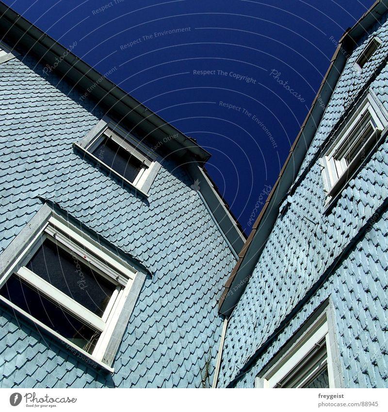 In Love blau Haus Fenster Architektur hell-blau Asymmetrie