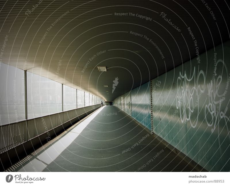 FALSCHRUM Lampe Mobilität Verbindung Säule Überqueren gehen Ferne Wand Stadt Tunnel Mauer Sonnenlicht Erreichen schreiten Ankunft Brücke Architektur Erfolg