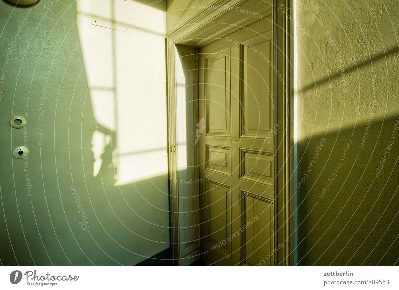 Wohnungstür Stadtleben Häusliches Leben Tür warten geschlossen Ecke Treppenhaus Eingang Flur Schalter hinten Altbau Besucher Fensterkreuz Lichtschalter