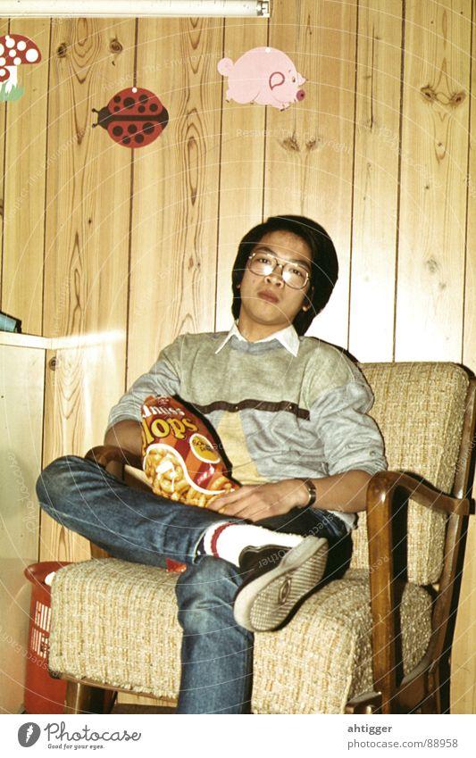 Erdnussflips begeisterten schon damls - Retro Deluxe Freude Brille retro Süßwaren Holzwand früher Asiate Vietnamesen
