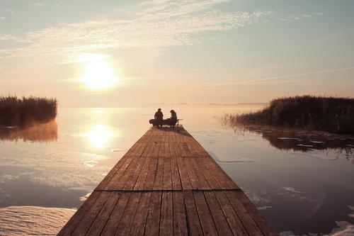 Picknick am Wasser Mensch Himmel Natur Jugendliche blau weiß Sonne Junge Frau Junger Mann Winter gelb See braun rosa Zusammensein