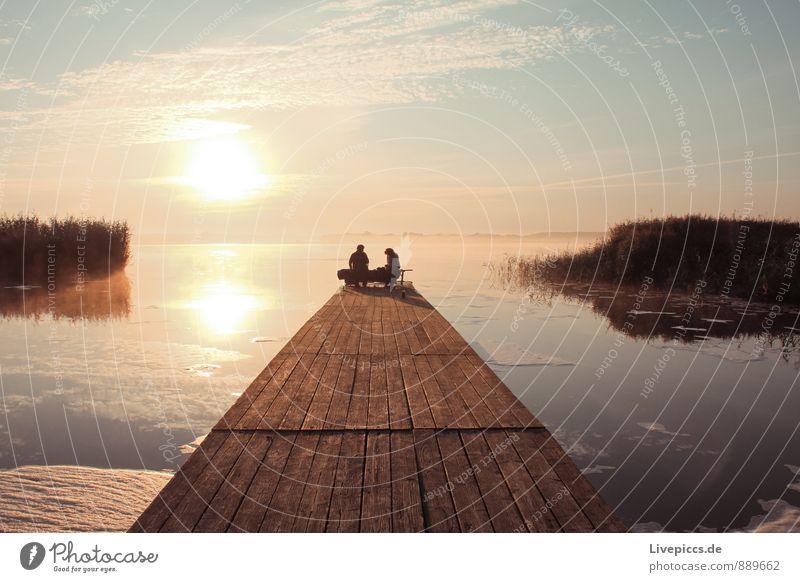 Picknick am Wasser Winter Mensch Junge Frau Jugendliche Junger Mann Natur Himmel Sonne Sonnenaufgang Sonnenuntergang Seeufer blau braun gelb orange rosa weiß
