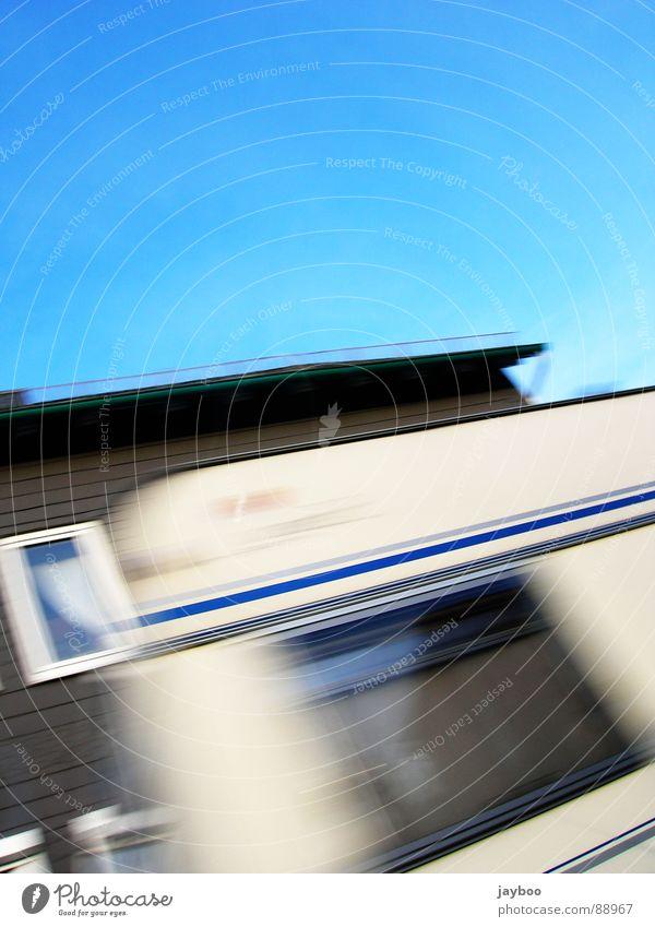 Wohnwagen Wohnmobil Haus Fenster Gardine Außenaufnahme Streifen weiß Geschwindigkeit Himmel Häusliches Leben blau Schönes Wetter