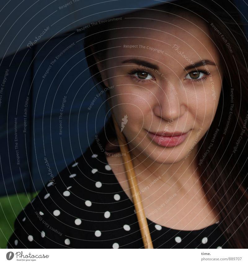 . feminin 1 Mensch 18-30 Jahre Jugendliche Erwachsene Kleid Regenschirm brünett langhaarig beobachten Lächeln Blick schön Zufriedenheit Wachsamkeit