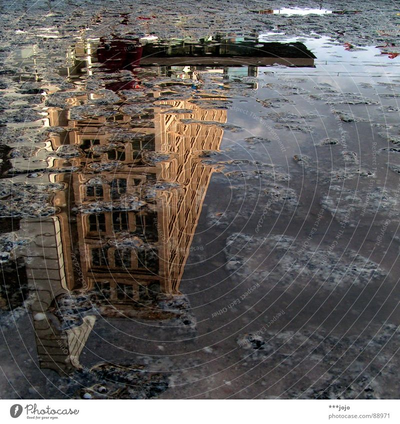 pfuetze berlin II Spiegelbild Berlin Straßenbelag Pfütze Haus auf dem Kopf Kopfstand Alexanderplatz Platz Mitte verrückt Wasser Verkehrswege madostyle