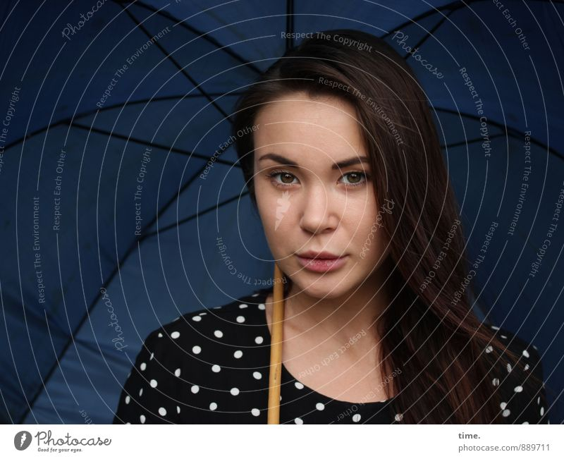 . Mensch Jugendliche schön ruhig 18-30 Jahre Erwachsene Leben feminin Zeit beobachten Neugier Kleid Gelassenheit Regenschirm brünett langhaarig