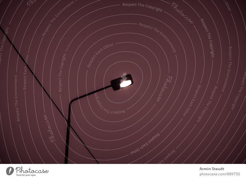 Laterne - Nacht - Kabel Telekommunikation Energiewirtschaft Himmel Nachthimmel Stadt Straßenbeleuchtung alt dunkel einfach retro trist Stimmung Zukunftsangst