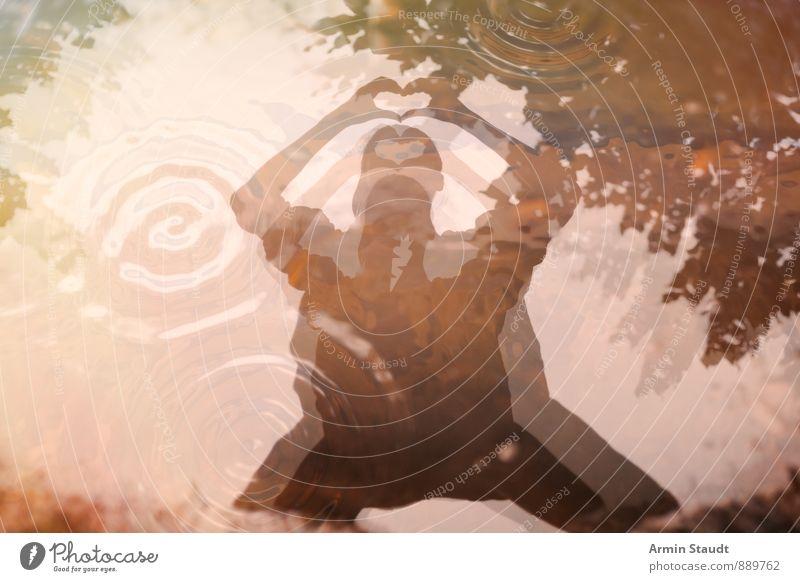 Pfütze - Spiegelung - Herz Mensch Frau Natur Wasser Hand Freude Erwachsene Gefühle feminin Liebe Glück außergewöhnlich braun träumen glänzend Lifestyle