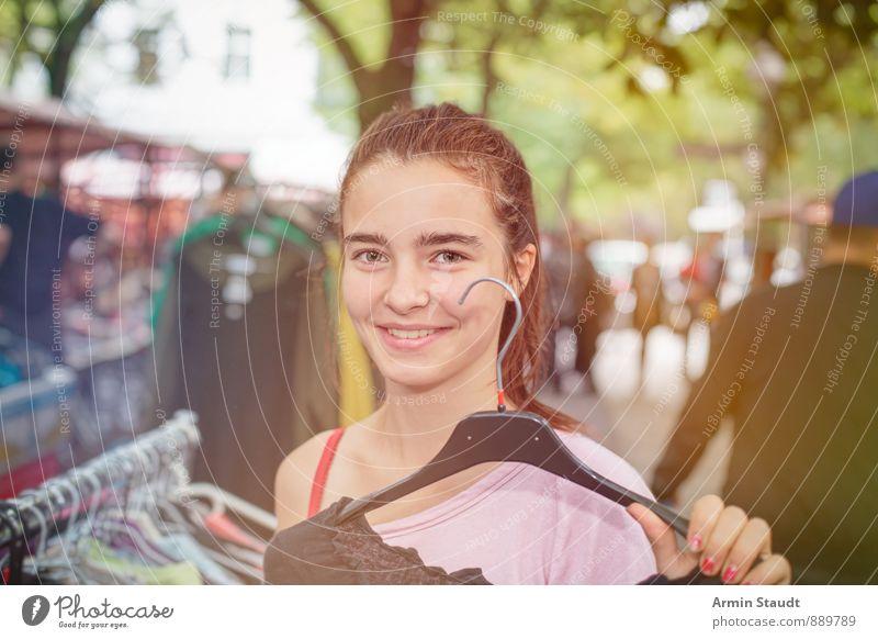 Kleiderkauf Lifestyle kaufen Freude Mensch feminin Jugendliche Hand 1 13-18 Jahre Kind Kreuzberg Fußgängerzone bevölkert Kleiderbügel brünett Lächeln schön