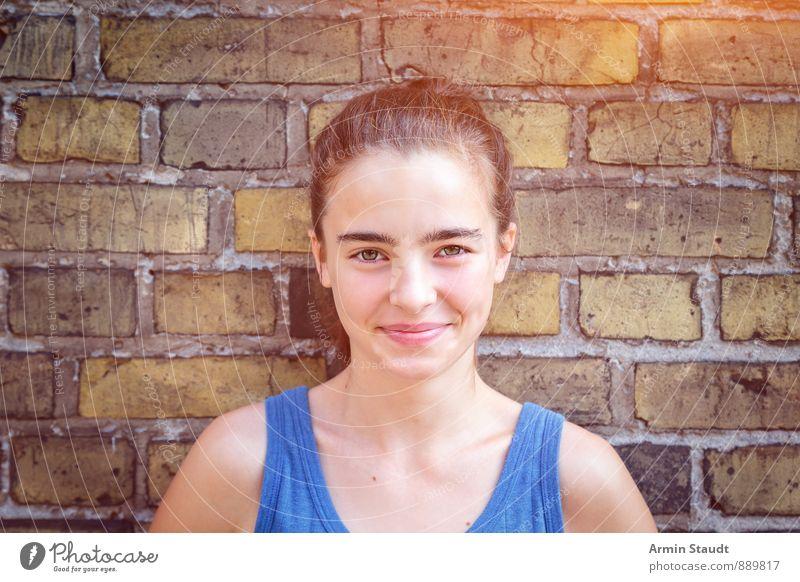 Porträt vor Ziegelwand Lifestyle Leben Zufriedenheit Sommer Mensch feminin Frau Erwachsene Jugendliche 1 13-18 Jahre Kind Mauer Wand Backsteinwand brünett