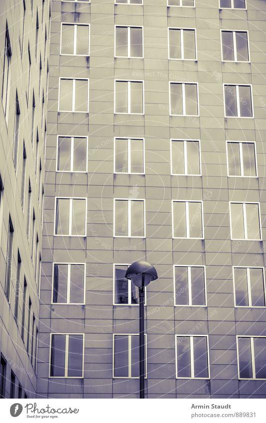 Fassade, Laterne, Vintage Stadt Haus Gebäude Architektur Mauer Wand Straßenbeleuchtung ästhetisch dunkel modern Stimmung Einsamkeit Fensterscheibe Bürogebäude
