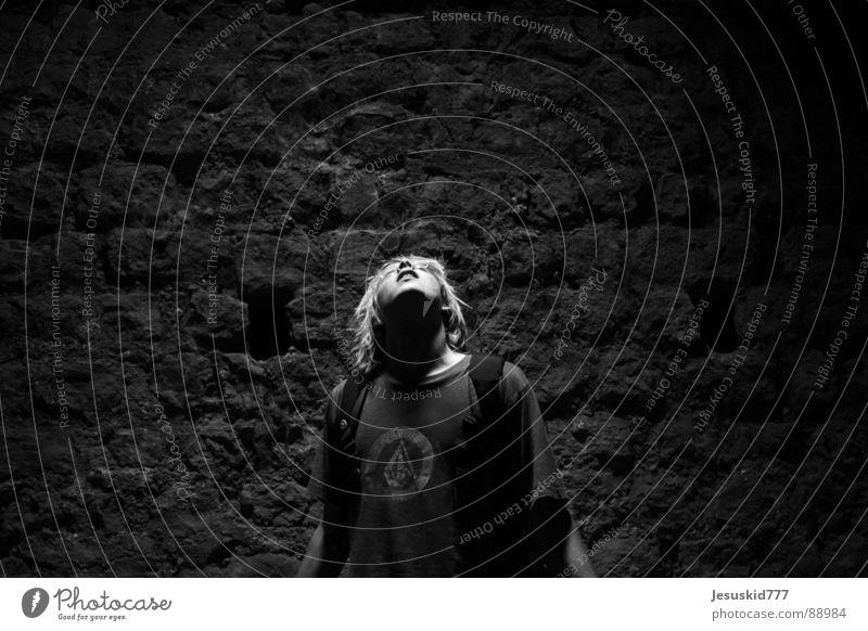 See the light Licht Hoffnung Verzweiflung Mann Wand dunkel Keller Jugendliche Sehnsucht Einsamkeit verloren Trauer Angst oben Schmerz Blick Hilfsbedürftig