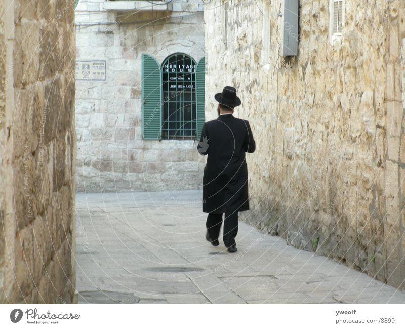 Hassid in Jerusalem Israel Mensch Orthodoxie Hut Gasse Altstadt altmodisch schmal 1 Jüdisches Viertel Israelis Ost-Jerusalem Judentum Rückansicht Außenaufnahme