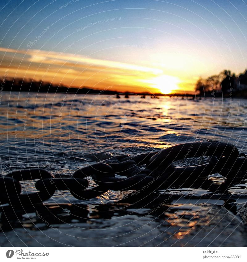 Verankert... Wasser Himmel Baum Sonne blau dunkel Stein Feste & Feiern Wellen Küste nass Horizont Elektrizität Fluss Romantik festhalten