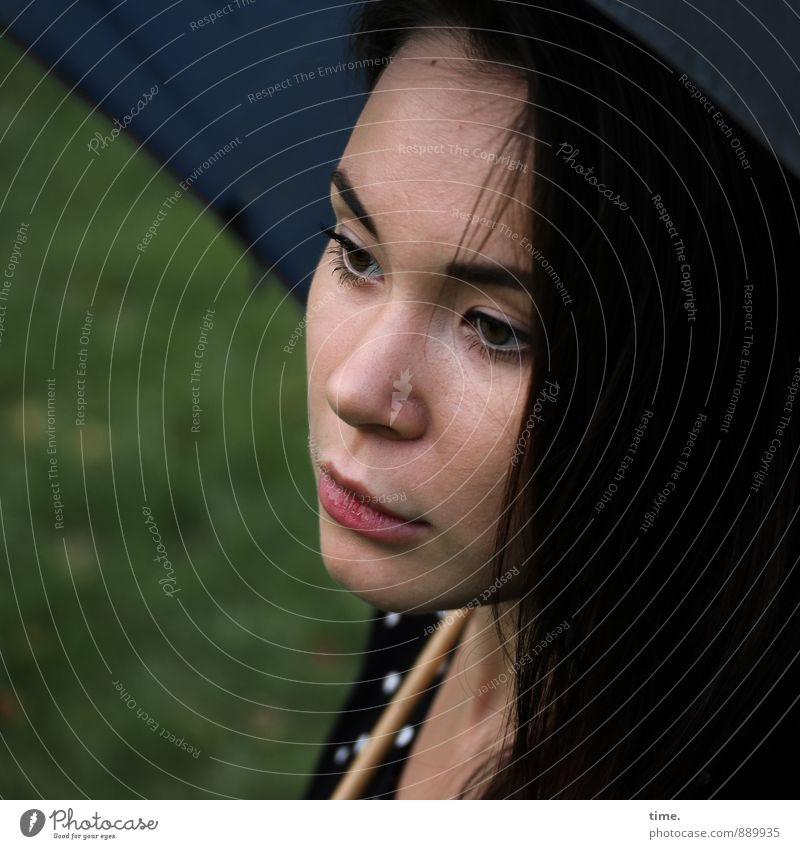 . feminin 1 Mensch 18-30 Jahre Jugendliche Erwachsene Kleid Regenschirm brünett langhaarig Blick träumen schön bescheiden Hoffnung demütig Müdigkeit Sehnsucht