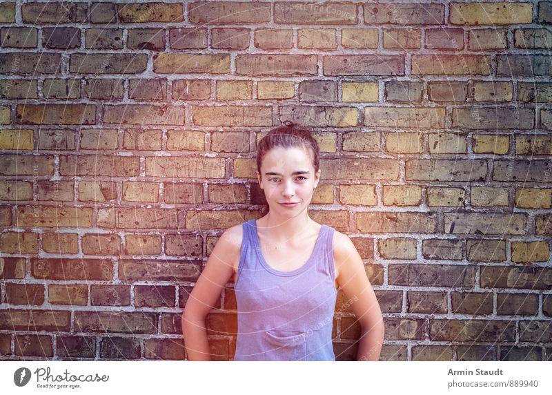 Porträt, Wand Mensch Frau Kind Jugendliche Stadt schön Erwachsene Gefühle feminin lustig Mauer Lifestyle 13-18 Jahre stehen einfach