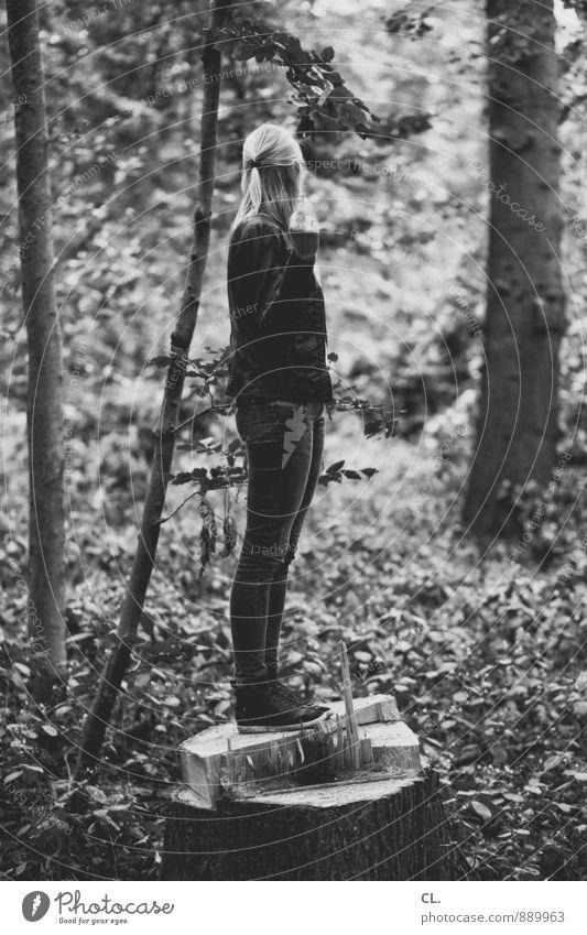 abwehrhaltung Mensch Frau Natur Jugendliche Baum Junge Frau 18-30 Jahre Wald Umwelt Erwachsene Leben feminin Sträucher authentisch stehen Urelemente