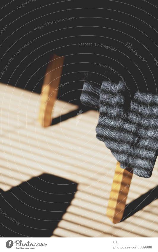 stuhlbein Häusliches Leben Wohnung einrichten Stuhl Raum Pullover Stoff Stuhlbein Jalousie sitzen braun grau schwarz Farbfoto Innenaufnahme Menschenleer Tag