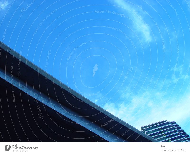 GuteLage Haus Autobahn Hochhaus Stadt Straße Häusliches Leben Blauer Himmel Textfreiraum oben Architektur