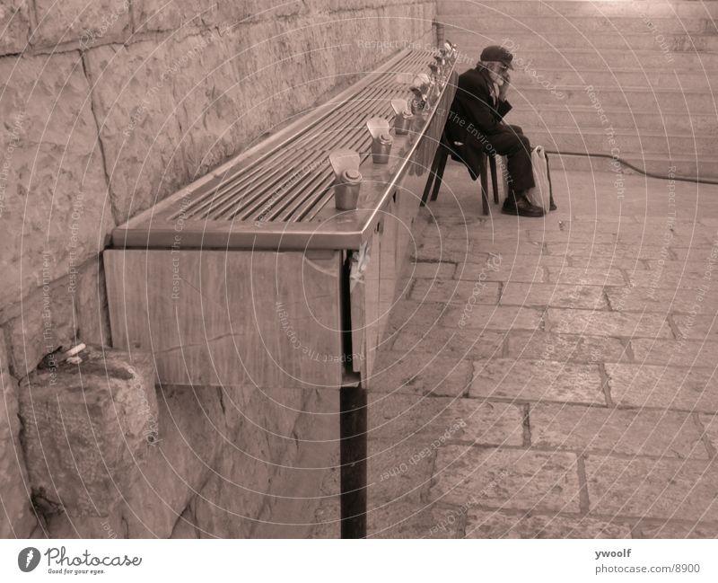 alter Mann in Jerusalem Senior Israel Mensch Männlicher Senior Brunnen Trinkwasser sitzen Farbfoto 1