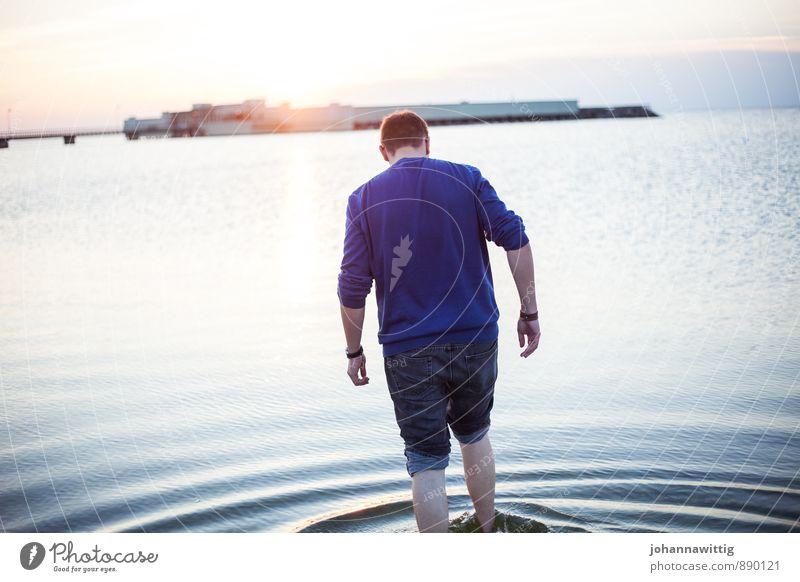 weil ich heute nicht weiß, wer ich morgen bin. Mensch Jugendliche Farbe Wasser Sommer Erholung Meer Einsamkeit ruhig Junger Mann Freude Leben Küste Freiheit Beine Horizont