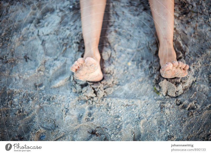 sommer Mensch Natur Meer Erholung Strand Reisefotografie Lifestyle Leben feminin Fuß Erde Sand liegen sitzen authentisch