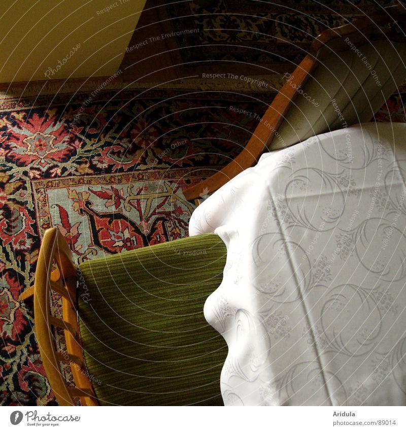 zu tisch Wohnzimmer Esszimmer Tisch Teppich Stuhl Stoff ruhig Möbel obskur alt Schatten Tischwäsche