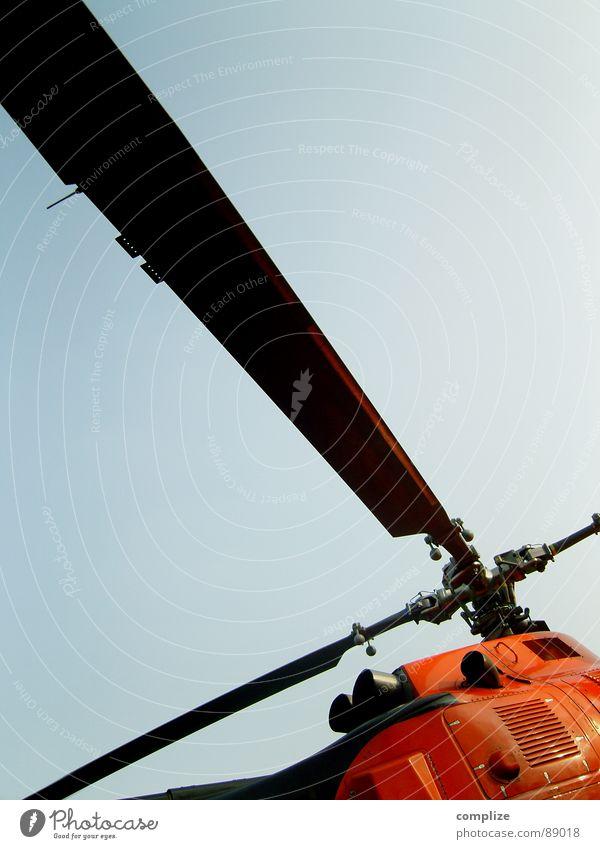 so`n flug zeug II Hubschrauber Flugzeug blau fliegen Luft drehen Retter Notarzt Luftverkehr Sozialer Dienst Sicherheit Rotor orange Himmel