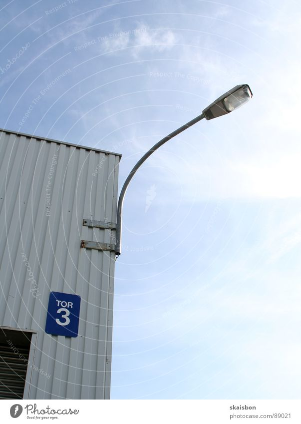 drittes(?) tor Himmel blau weiß Beleuchtung Schilder & Markierungen 3 Hinweisschild Ecke Sicherheit Industrie Ziffern & Zahlen Fabrik Laterne Tor Lagerhalle