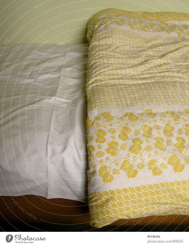 faltenbett Bett Muster Stoff gelb weiß grün Faltenwurf kalt Möbel Decke Detailaufnahme Bildausschnitt Anschnitt Bettdecke