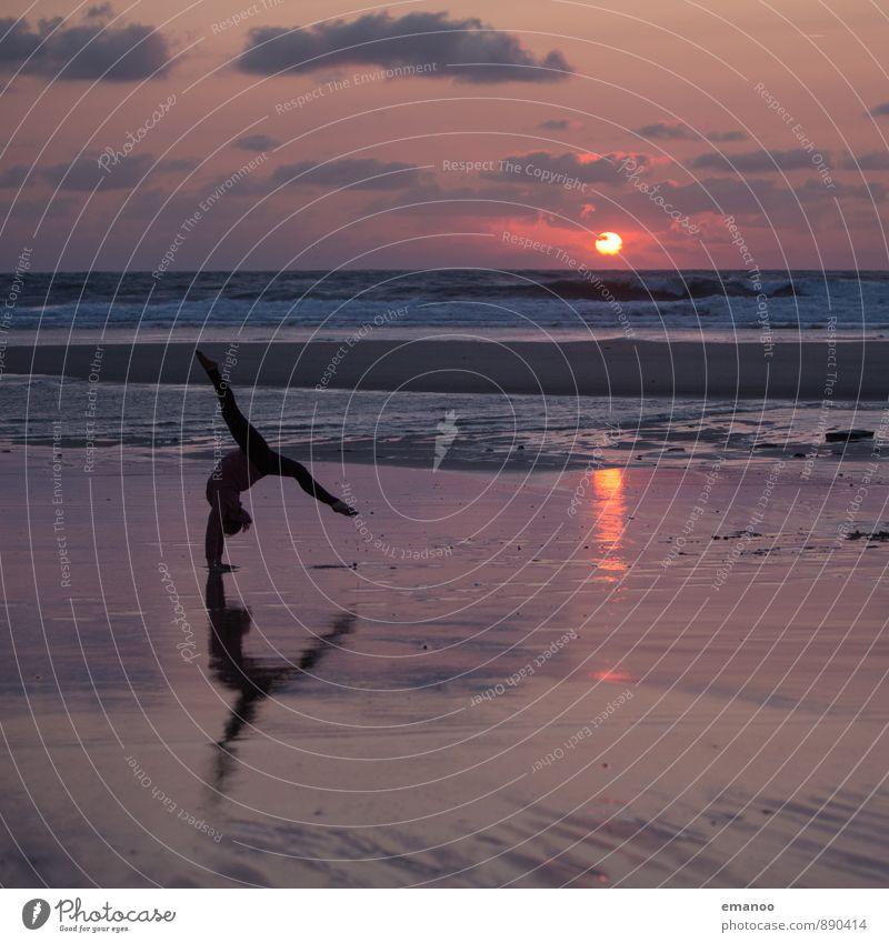 Strandspagat Mensch Ferien & Urlaub & Reisen Jugendliche Sommer Sonne Junge Frau Meer Landschaft Freude Strand Ferne Küste feminin Sport Stil Freiheit