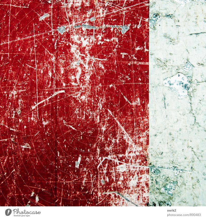 Lebenserfahren alt Farbe weiß rot Textfreiraum Vergänglichkeit Spuren verfallen Verfall Zerstörung Abnutzung Schaden verlieren Verkehrsschild Kratzer zerkratzen