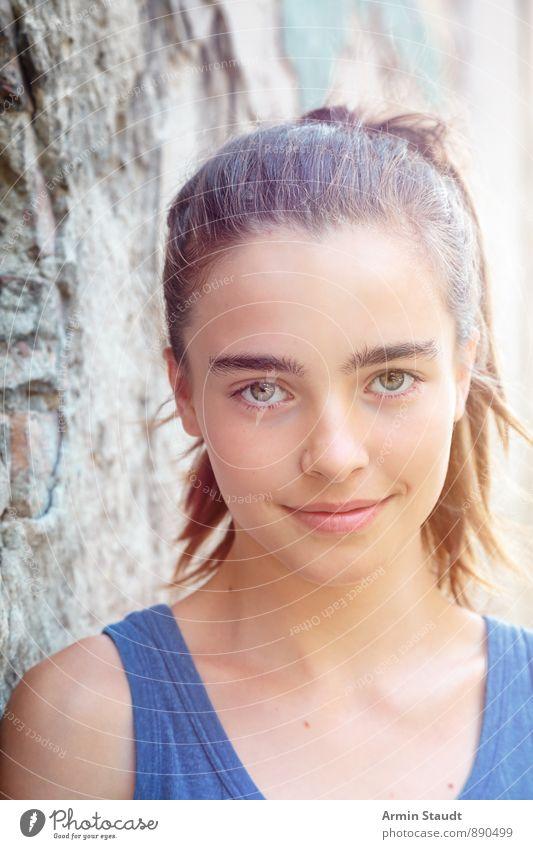 Porträt - Wand Mensch Frau Kind Jugendliche schön Sommer Erwachsene Gefühle feminin Mauer Lifestyle Zufriedenheit authentisch 13-18 Jahre frisch