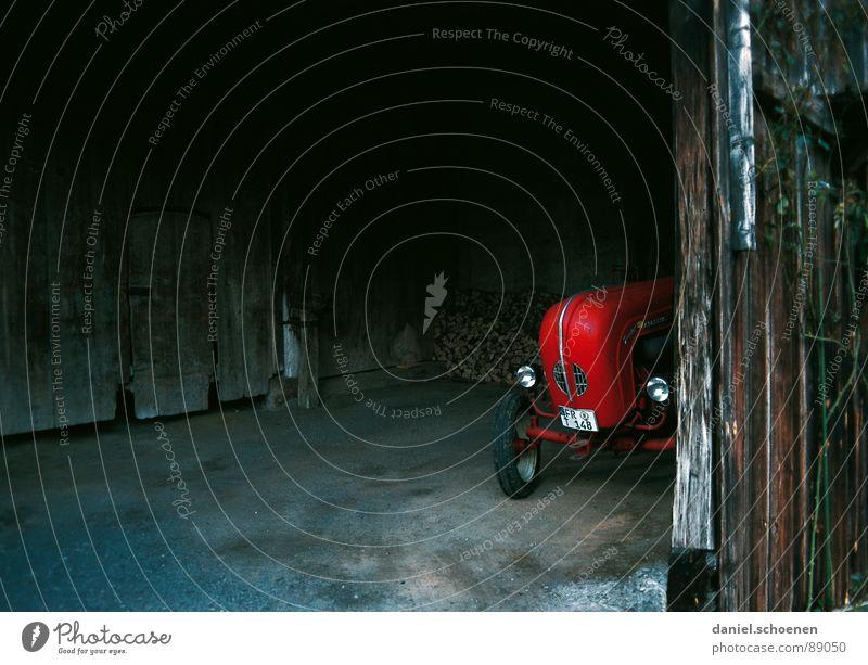 Traktor Landwirtschaft dunkel Hintergrundbild Oldtimer rot Scheune verfallen alt verstecken