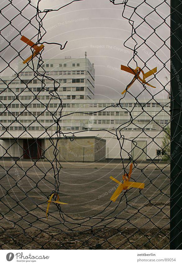 Maschendraht Haus Berlin grau Fassade Nebel leer kaputt trist Sicherheit Industrie Fabrik verfallen Zaun Grenze Loch Parkplatz
