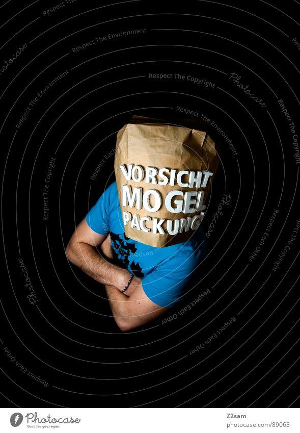 vorsicht Mogelpackung! I Mensch Mann blau schwarz Lebensmittel braun kaufen stehen Buchstaben Industriefotografie Ladengeschäft Sportveranstaltung Konkurrenz